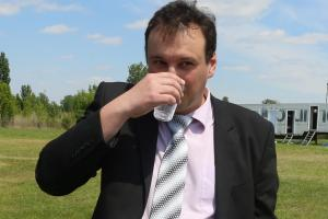 Đerđ Šugar pije tretiranu vodu