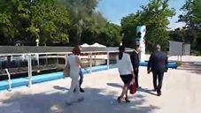 Gradonačelnik Bogdan Laban i Nebojša Daraboš direktor Park Palić obilaze termalni bazen.